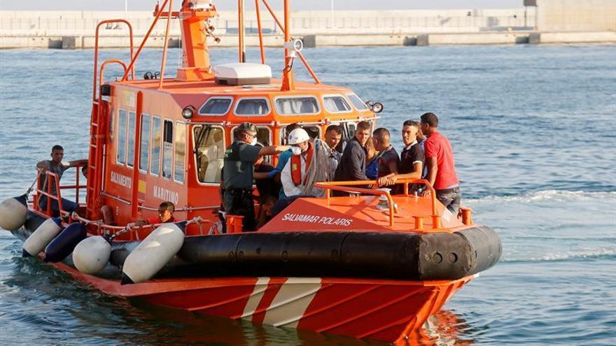 Una patrullera de Salvamento Marítimo traslada a varios inmigrantes localizados en una patera hasta el puerto de Alicante