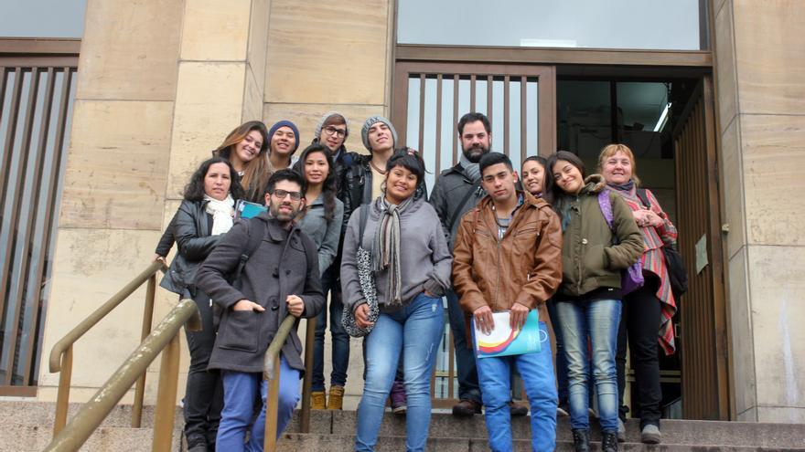 Un grupo de estudiantes posa frente a los tribunales tras presenciar la sesión de un juicio. /P.V.