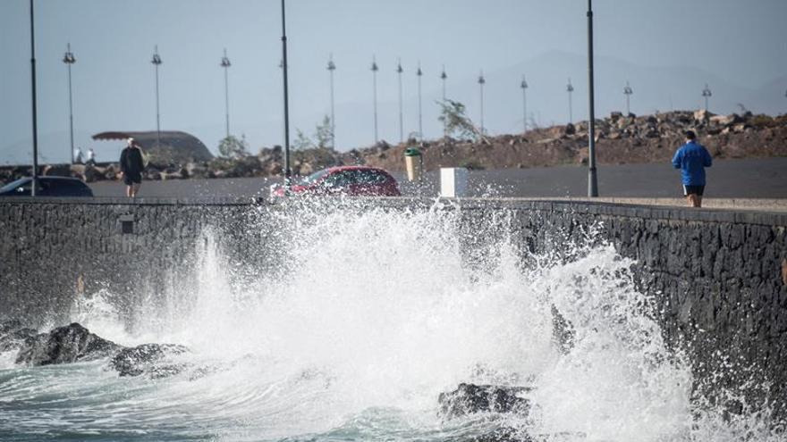 Vista del temporal de viento y oleaje que azota la isla de Lanzarote