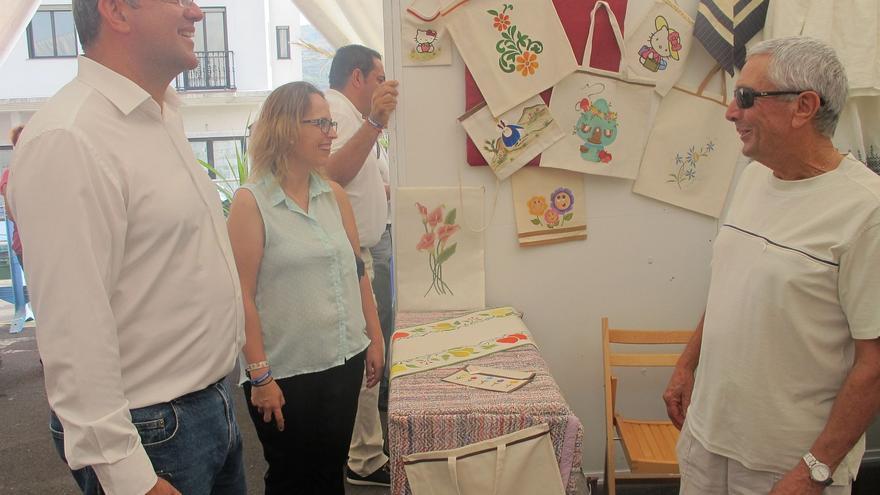 Anselmo Pestana y Susana Machín en la Feria Insular de Artesanía.