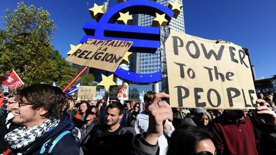 Manifestantes ante la sede del BCE en Fránkfurt. /Foto: Efe