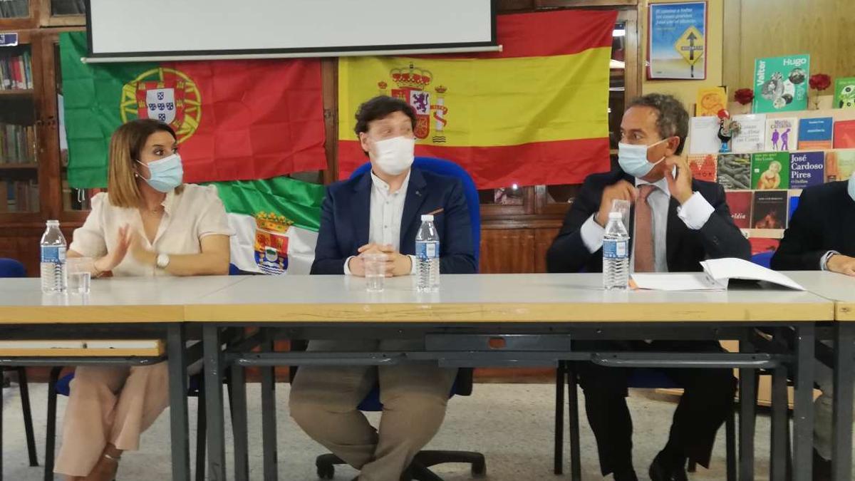 Rosa Balas, Eugenio Amaya y Joao Ribeira (derecha) en el IES Zurbarán de Badajoz
