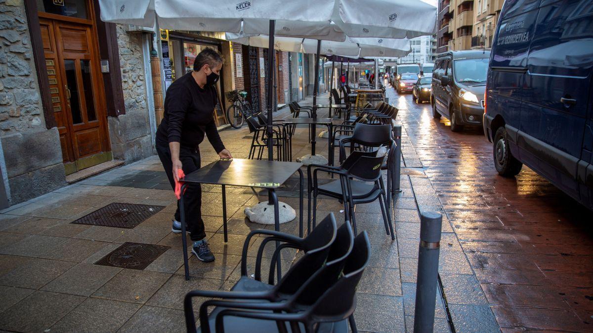 Un hostelero de Vitoria prepara una terraza en la vía pública.