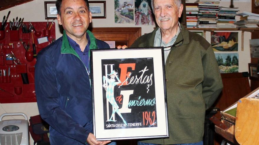 El alcalde José Manuel Bermúdez y el pintor Juan Galarza, en la entrega del cartel