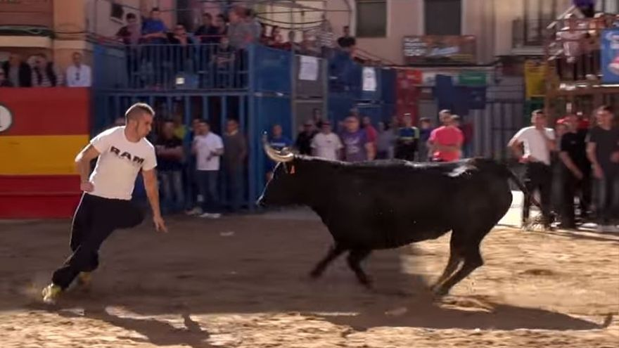Un recortador en un festejo de 'bous al carrer' en Onda
