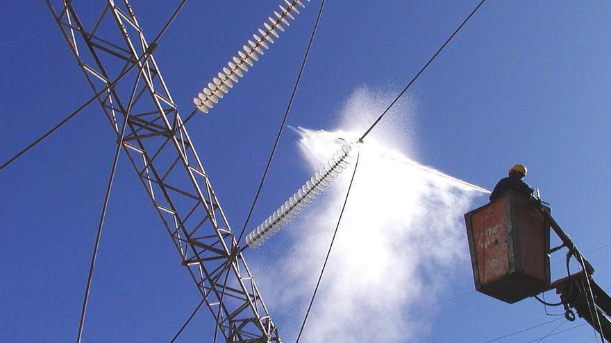 Limpieza de las líneas eléctricas de Unelco