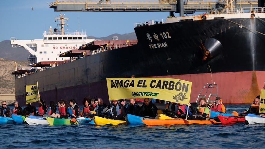 Más de 70 activistas de Greenpeace acceden al puerto de la central térmica en Carboneras para exigir el cierre