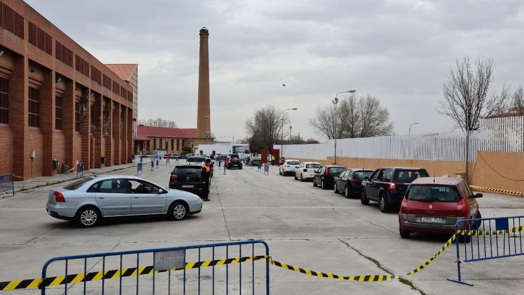Miles de ciudadanos llegan en coche a diario para vacunarse en las instalaciones de la Feria de Muestras de Armilla (Granada)