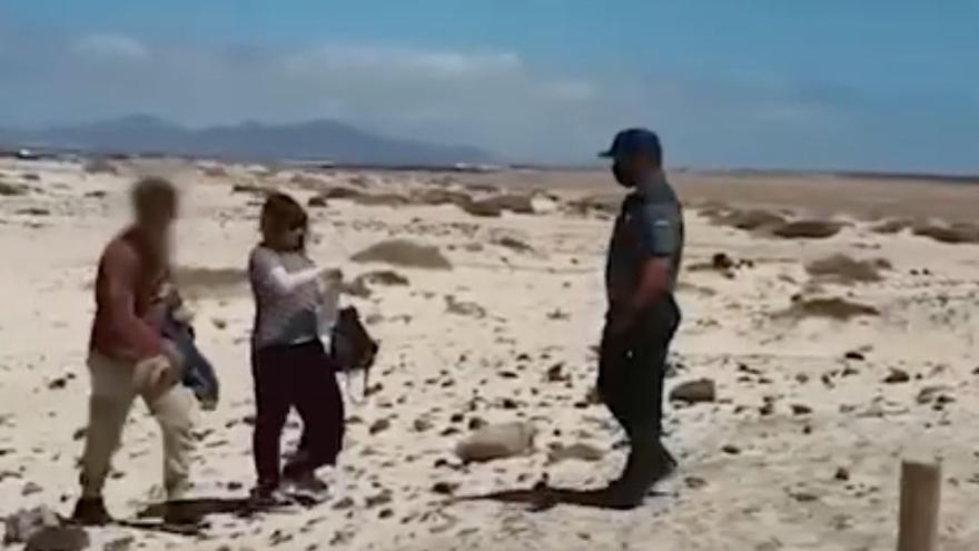 La Guardia Civil denuncia a dos turistas que paseaban por una playa de Fuerteventura