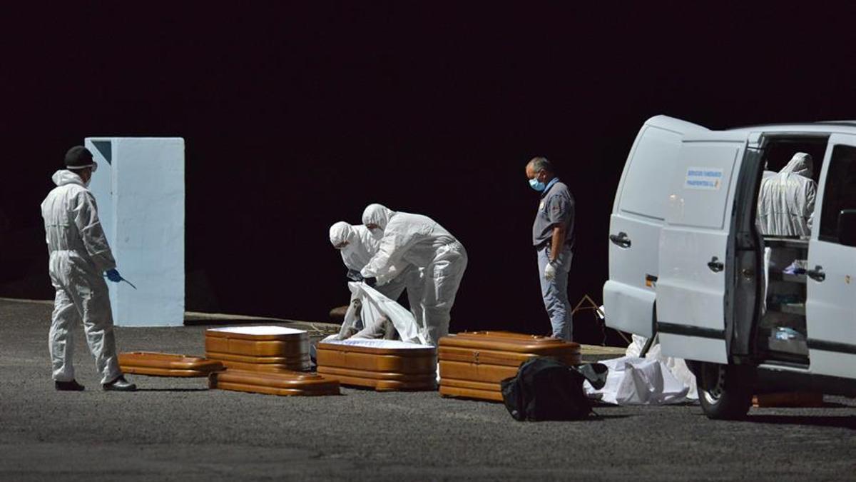 El buque de Salvamento Marítimo Salvamar Adhara ha trasladado en la madrugada de este lunes hasta el muelle de La Restinga (El Hierro) los cadáveres de los cuatro inmigrantes fallecidos en un cayuco que navegaba a la deriva a unos 220 kilómetros al sur de la isla