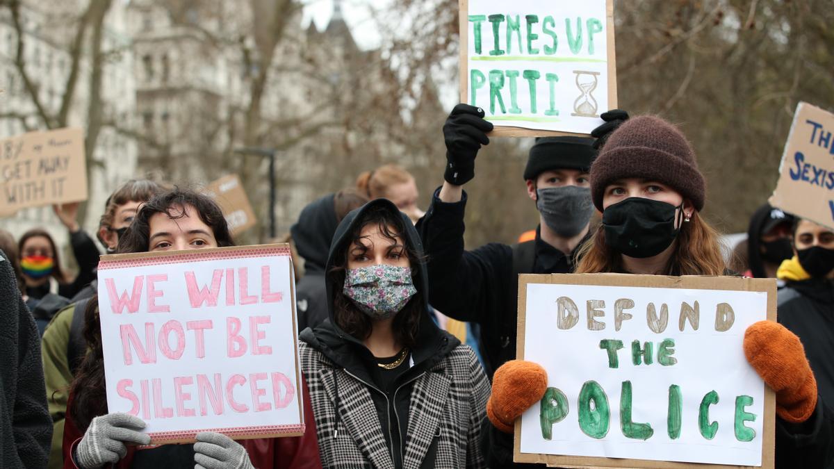 14 de marzo de 2021, Londres. Manifestantes protestan frente a Scotland Yard tras la cuestionada actuación policial en la vigilia de Sarah Everard.