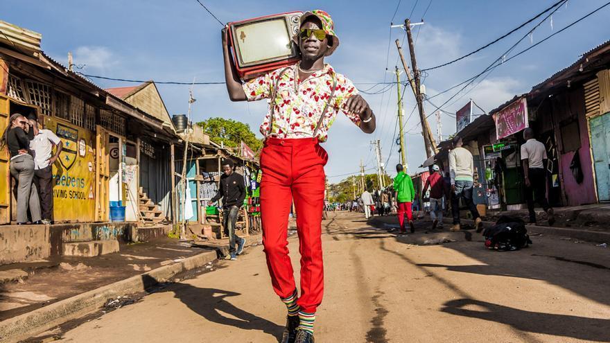 Moda en las calles de Kibera. El cineasta y fotógrafo Stephen Okoth, conocido como Ondivou'r, aporta vitalidad a la vieja escuela.