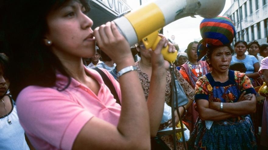 Rosario Godoy de Cuevas habla durante una manifestación del GAM en Guatemala en 1985.© Jean-Marie Simon