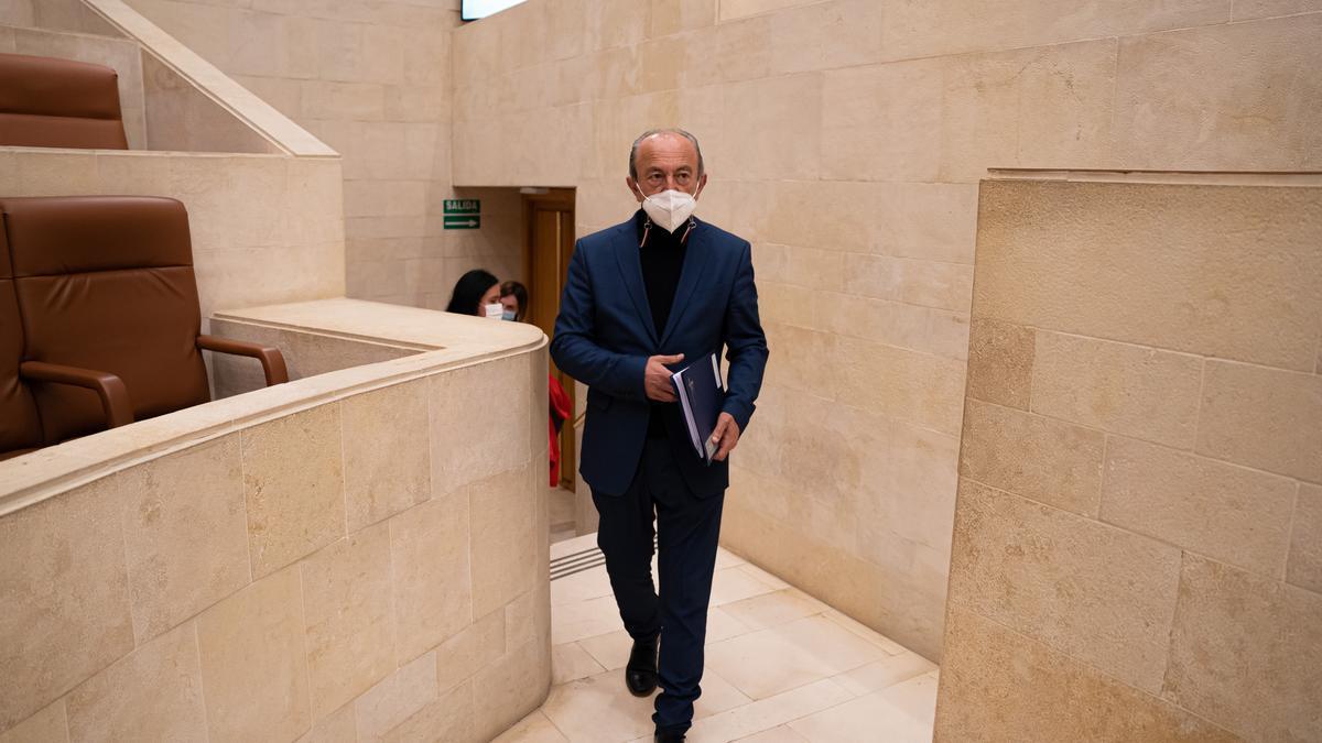 El consejero de Industria, Turismo, Innovación, Transporte y Comercio, Javier López Marcano, en el Parlamento.