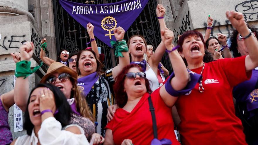 Miles de mujeres marchan por la Alameda de Santiago (Chile), la principal avenida de la ciudad, durante una jornada de movilizaciones tras el llamado a realizar una huelga feminista tras la celebración del Día Internacional de la Mujer.