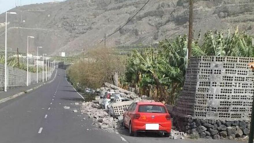 El viento tumbó un muro que cayó sobre varios coches en Los Llanos de Aridane.