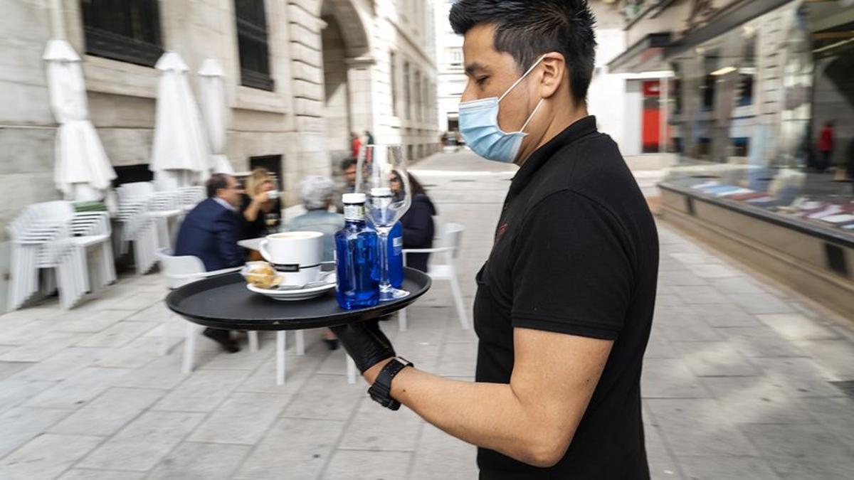 Un camarero sirve en una terraza de Santander. Imagen de archivo.