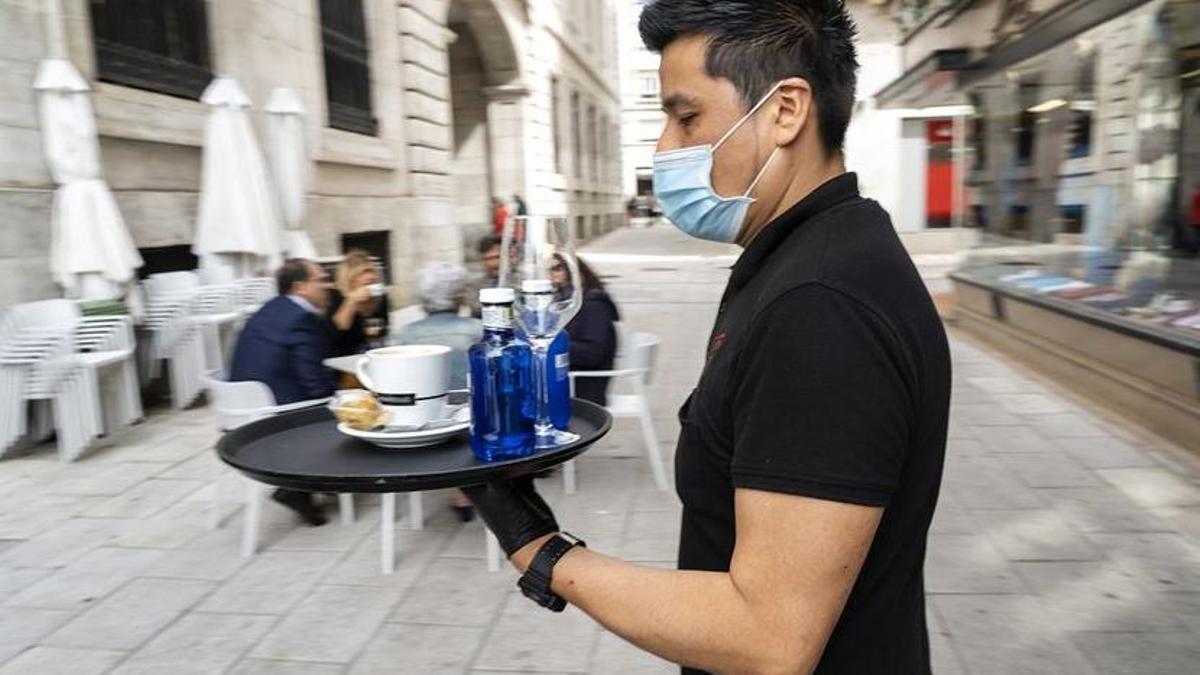 Un camarero sirve en una terraza de Santander (Archivo)