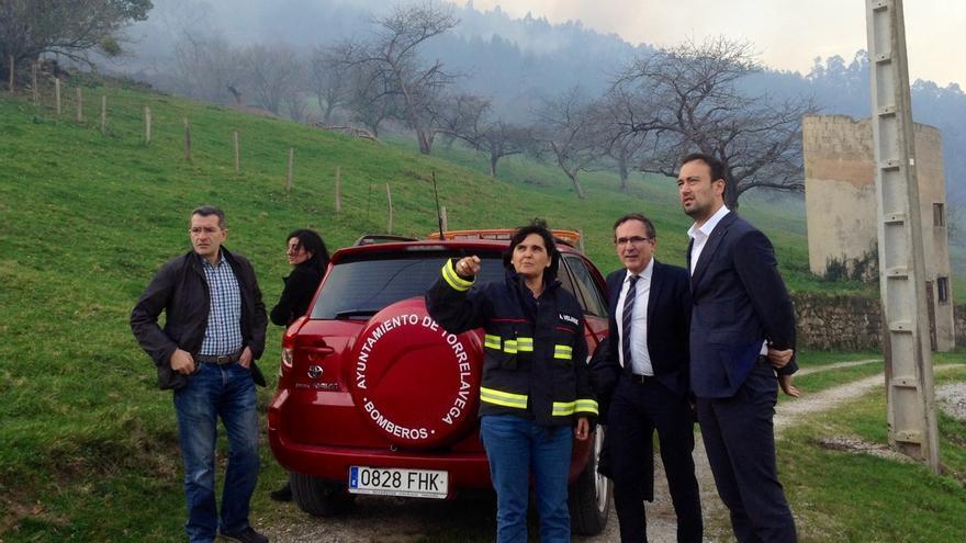 Aconsejan a vecinos de Viérnoles y Riocorvo no salir de casa por el humo de varios focos