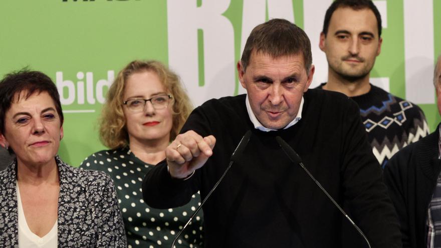 La cabeza de lista de EH Bildu al Congreso por Guipúzcoa, Mertxe Aizpurua (1i); el secretario general de EH Bildu, Arnaldo Otegi (en el atril) con otros compañeros de partido,  en  un acto en San Sebastián