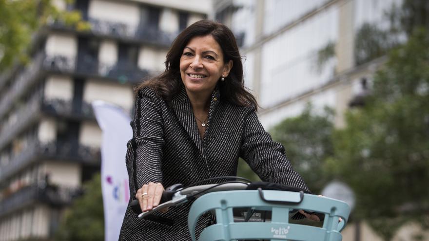 Anne Hidalgo monta en una de las bicicletas de Vélib', el sistema de bicis compartidas de París.