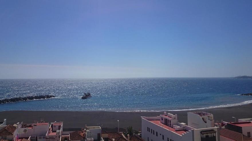 En la imagen, la draga 'Omvac Cuatro', este martes, en la playa de la capital.