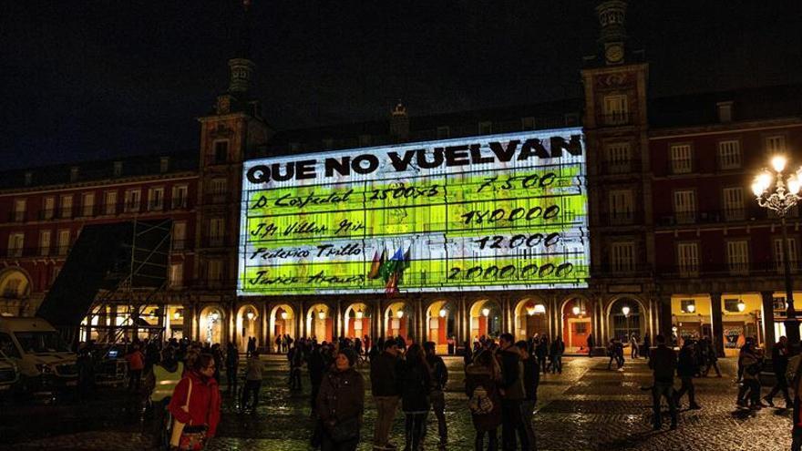 Proyectan imágenes de los 'papeles de Bárcenas' en la Plaza Mayor de Madrid