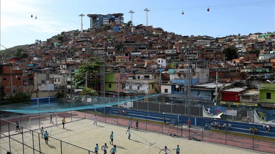 Las favelas de Río de Janeiro iluminan su propio árbol de Navidad
