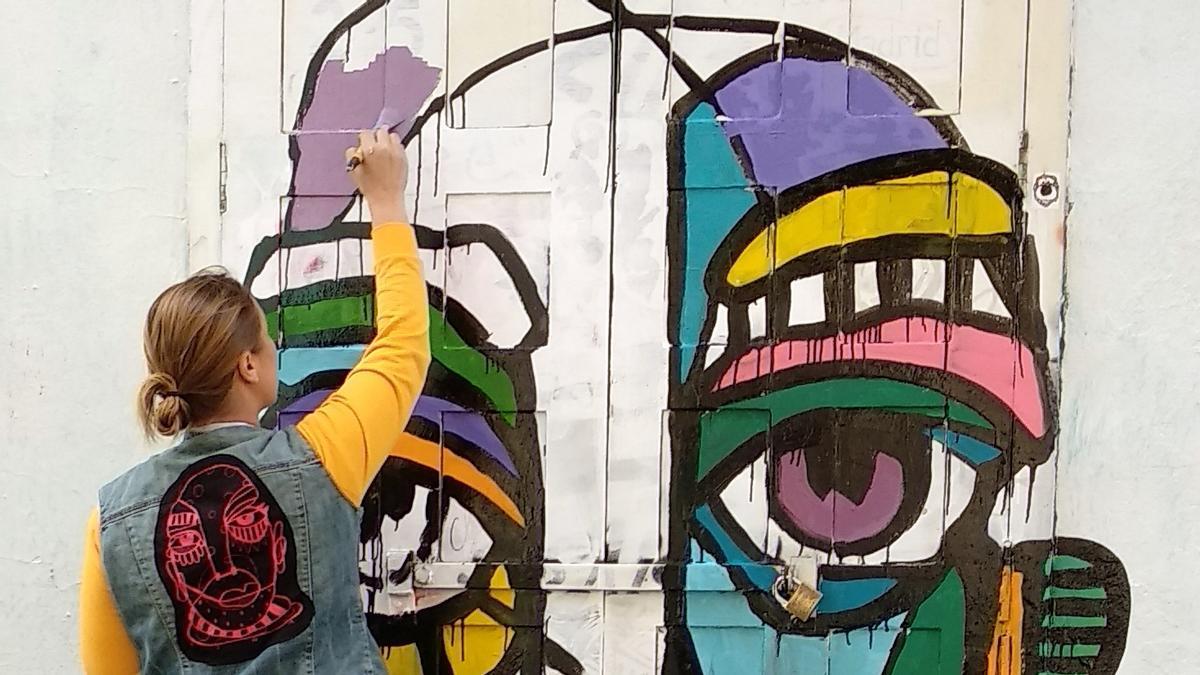 Bona Berlín, una de las artistas participantes en Pinta Malasaña 2021, durante su intervención en el festival de 2018
