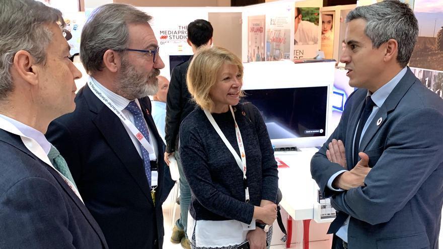 El vicepresidente, Pablo Zuloaga, conversa con el embajador de España en Alemania,Ricardo Martínez Vázquez, acompañado del consejero Económico de la Embajada, Mario Buisán, y la consejera comercial Pilar Paredes-Fernández, en la Feria Film Market de Berlin.