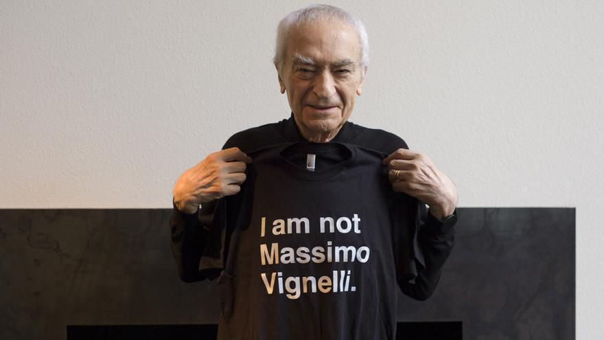 El diseñador gráfico Massimo Vignelli ironiza con una camiseta que alude a su nombre.