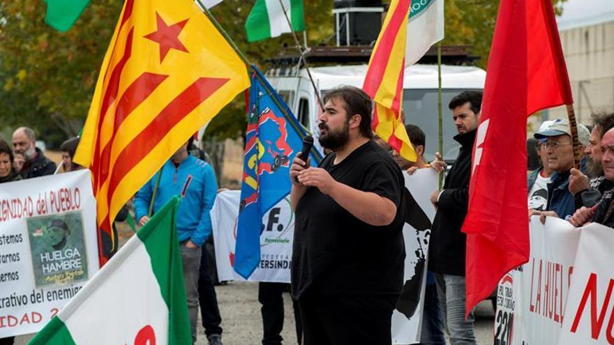 Unas 200 personas piden la libertad de Andrés Bódalo ante la cárcel de Jaén