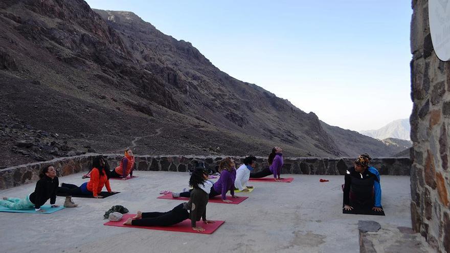 Practicando yoga en el Refugio. (Cedida a CA).