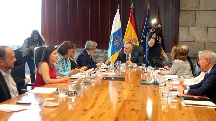 El presidente de Canarias, Ángel Víctor Torres (c), preside en la capital tinerfeña la reunión semanal del Consejo de Gobierno