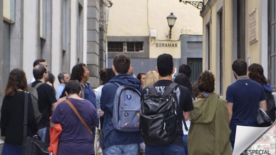 Grupo de jóvenes visitan calles emblemáticas de Las Palmas de Gran Canaria. (Eva González).