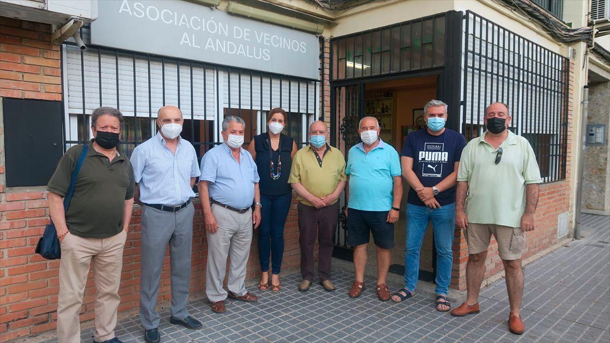 Concejales del PSOE con vecinos del Parque Cruz Conde.