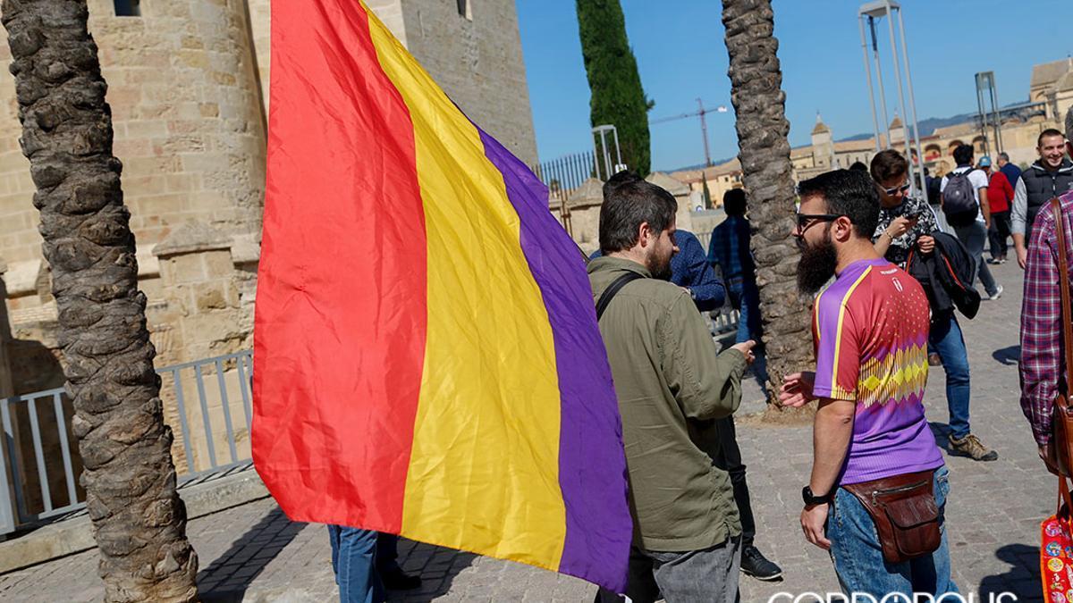Una bandera republicana en una reciente concentración en Córdoba
