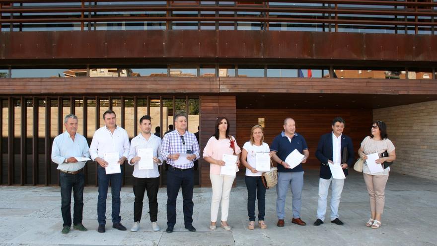 Alcaldes del PP en la sede de la Consejería de Bienestar Social, en Toledo