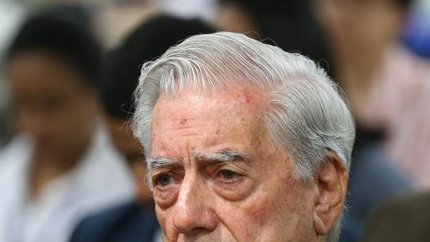 """Escritores destacan la """"magia"""" y """"nostalgia secreta"""" de Vargas Llosa"""