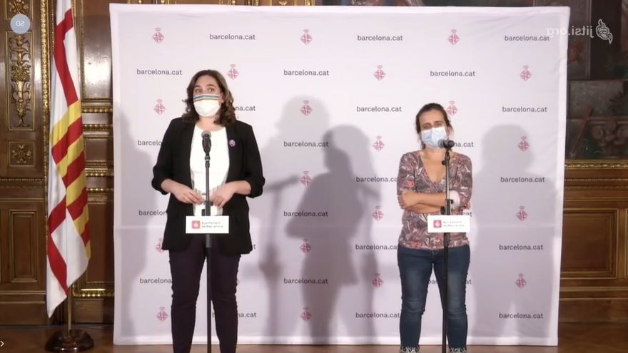 La alcaldesa de Barcelona, Ada Colau, y la concejal de Salud de Barcelona, Gemma Tarafa, en una rueda de prensa