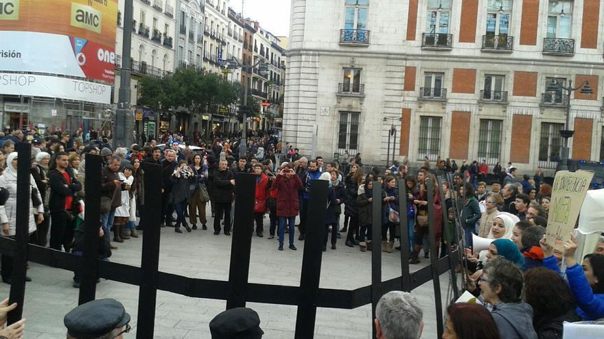 Concentración en la Puerta del Sol, 22 de abril de 2016, en la que varias personas han similado una valla como las que cierran el paso a los migrantes y refugiados en Europa. | Fabiola Barranco.