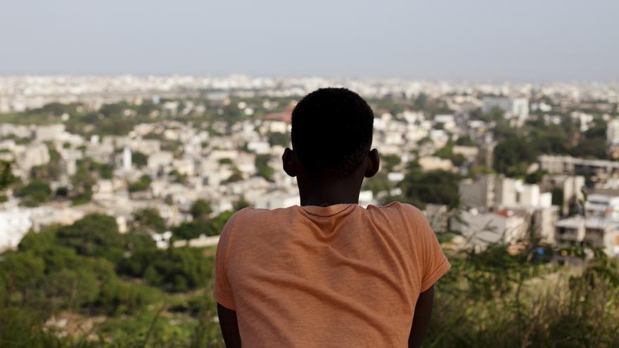 Alhaji, de 21 años, en Dakar. Huyó de su casa en Gambia después de ser golpeado, juzgado y perseguido por ser gay. Más de un año después, el gobierno de Senegal no ha hecho ningún progreso en su solicitud de refugiado © AP Photo/Jane Hahn