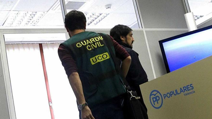 La Guardia Civil registrando el grupo popular en el Ayuntamiento de Valencia por la Operación Taula.