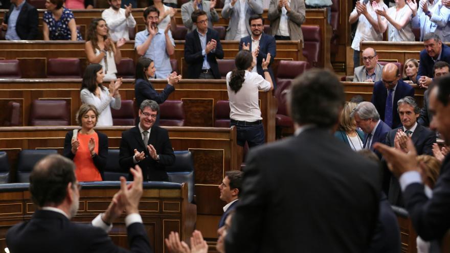 Pablo Iglesias y los representantes de Unidos Podemos se aplauden mientras Mariano Rajoy y los diputados del PP hacen lo mismo tras la votación de la moción de censura fallida contra el Gobierno.