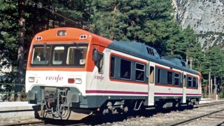 Automotor de la serie 596, el popularmente conocido como tren 'tamagochi' que recorre la línea Zaragoza-Canfranc.