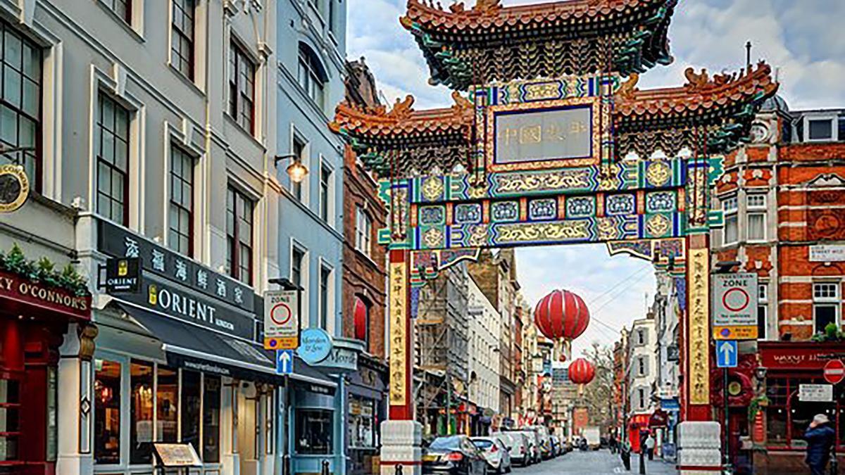 Imagen del arco de entrada al Chinatown de Londres.