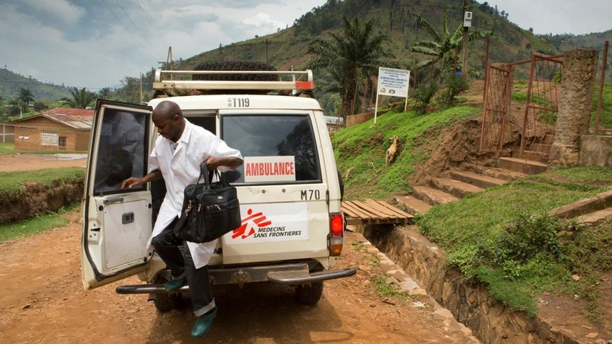 """Las cinco principales causas de muerte (hemorragia, sepsis, aborto inseguro, eclampsia y obstrucción del parto) suponen casi tres cuartas partes de todas las muertes maternas. Mbalo Saddock trabaja en el centro de salud de Ruyaga, Burundi, donde ha visto llegar muchos casos de hemorragia. """"Afortunadamente, desde la puesta en marcha del programa, cada vez vemos menos casos"""", afirma. Fotografía: Sarah Elliott"""