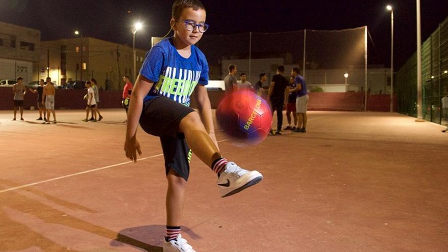 Samuel, el niño que lucha por poder dar patadas a un balón.