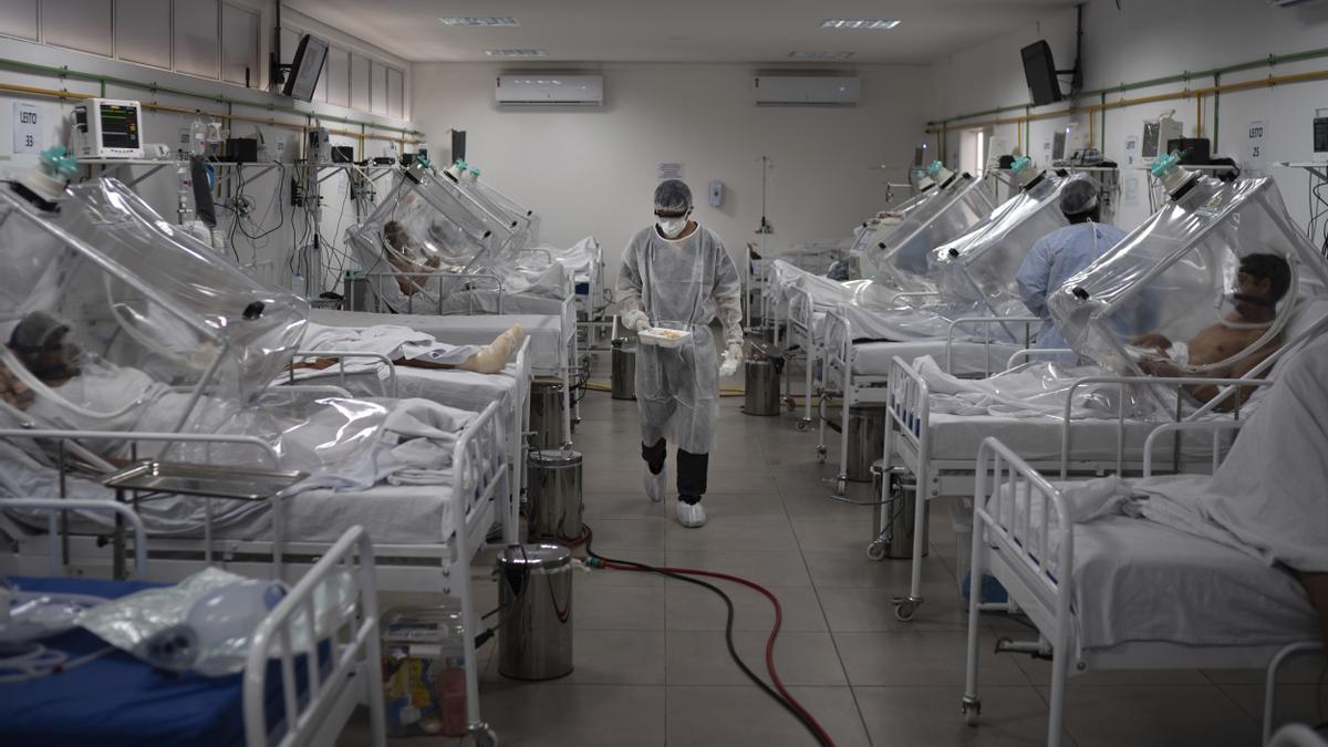 """Pacientes de COVID-19 tratados con un sistema llamado """"Cápsula Vanessa"""" en un hospital de Manaos, Brasil."""