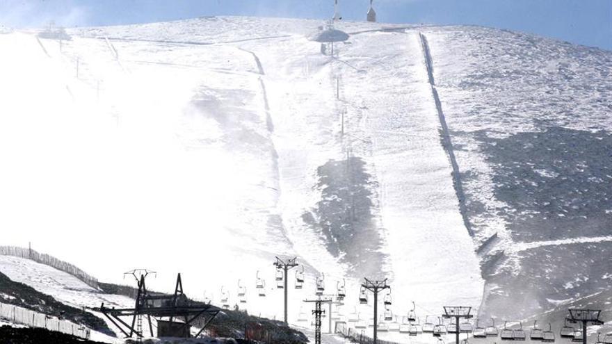 Valdesquí abre este fin de semana más de 20 kilómetros de nieve esquiable